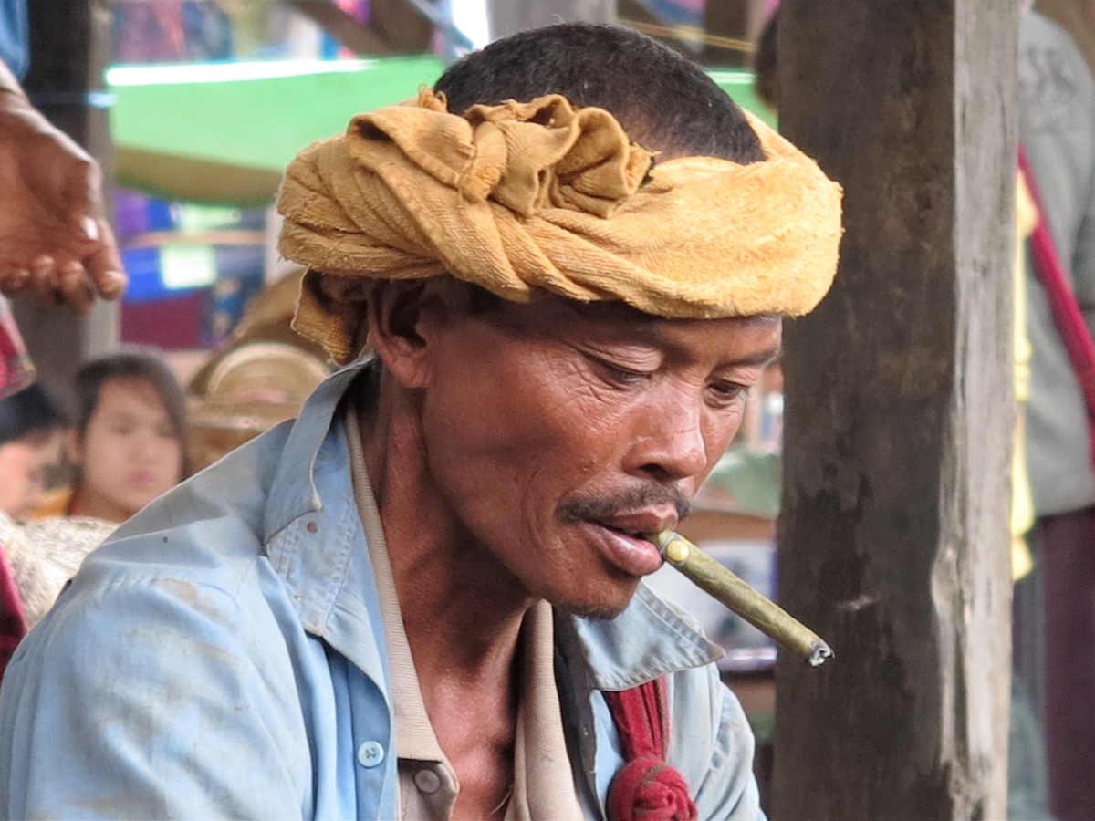 001-en-el-lajo-inme-el-hombre-birmano-y-el-puro