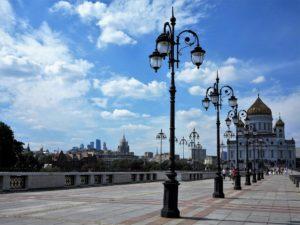 Catedral del Cristo Salvador en primer término y, al fondo, los característicos rascaciones moscovitas./ Foto J.M.