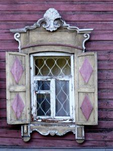 Ventana de una casa de madera en Irkutsk./ Foto J.M.
