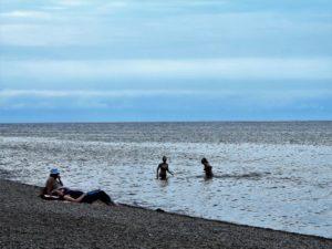 Bañistas en el lago Baikal (Rusia)./ Foto J.M.