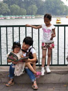 Madre que lee. En el entorno de la Ciudad Prohibida, Beijing./ Foto J.M.