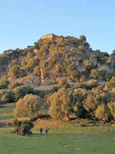 En la subida al castillo de Aznalmara./ Foto J.M.