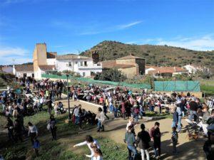 Gente solidaria tomando migas en el pueblo de la Umbría./ Foto J.M.