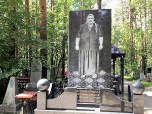 Tumba en el cementerio de ./ Foto J.M.