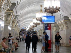 Estacion de metro con columnas e iluminación espectacular./ Foto J.M.