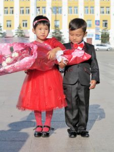 Los niños, en las bodas de Mongolia, son la estrella./ Foto J.M.