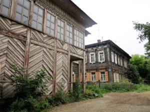 Casas de madera hundidas en la tierra y el tiempo en Irkutsk./ Foto J.M.