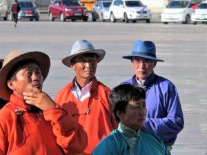 Hombres con sombrero de ceremonia./ Foto J.M.