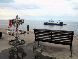 Exvotos colocados en cualquier parte, aquí a la orilla del lago Baikal./ Foto J.M.