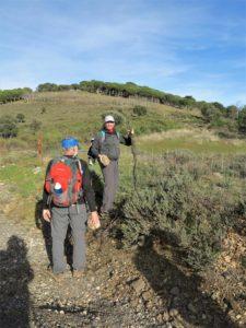 Miguel y Antonio, el Coleta restaurando la cerca./ Foto J.M.