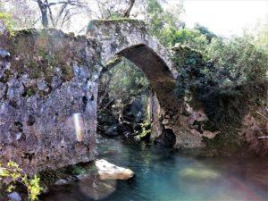 El puente medieval y los viejos caminos que no volverán..../ Foto J.M.