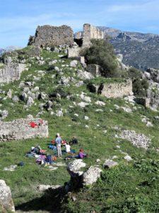 Almurzo en el patio de armas, entre siglos de ruinas. Foto J.M.