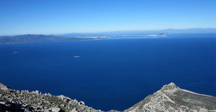 Vista general del Estrecho, bahía de Algeciras y, al fondo, a la derecha, el Peñón de Gibraltar. La foto está tomada desde la cumbre del Jbel Moussa, en Marruecos./ Foto Joaquín Mayordomo