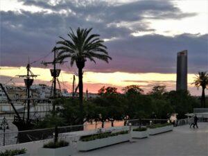 Puesta del sol desde el Guadalquivir. A la derecha la torre Sevilla./ Foto J.M.