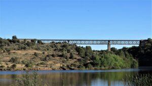 El puente de hierro sobre el Yeltes siempre fue un icono en Perniculás. Pasar al otro lado del río sobre él era como hacer un viaje a lo desconocido. / Foto J.M.